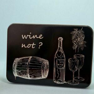 Подаръчен комплект за вино състоящ се от 3 части в метална кутия.