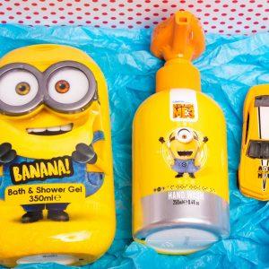 Комплектът съдържа: пеещ течен сапун за ръце, детски душ-гел, детска количка за игра, стикери миньоните, опаковани в подаръчна кутия.