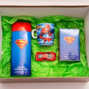 Комплектът съдържа: шампоан за деца, детска тоалетна вода и чаша, опаковани в подаръчна кутия.