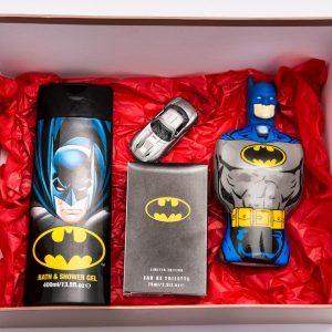 Комплектът съдържа: детска тоалетна вода, душ-гел, шампоан, детска количка за игра, опаковани в подаръчна кутия
