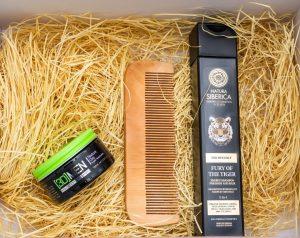 """Комплектът съдържа: Шампоан """"Natura Siberica"""", паста за моделиране на прическа """"3D MEN"""", дървен гребен, опаковани в подаръчна кутия"""